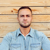Конец красивого серьезного портрета стороны человека внешний вверх Стоковое фото RF