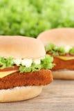 Конец крупного плана гамбургера fishburger бургера рыб вверх по томатам Стоковые Фото