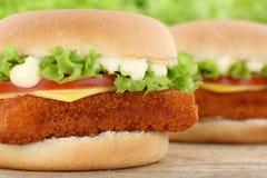 Конец крупного плана гамбургера fishburger бургера рыб вверх по lettu томатов Стоковые Изображения RF