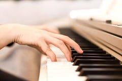 Конец клавиатуры рояля вверх по черно-белому Стоковая Фотография RF