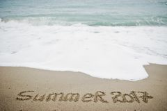 Конец лета 2017 Новый Год 2018 приходя концепция Море и песок Стоковое Изображение RF
