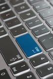 Конец макроса клавиатуры ноутбука вверх по увядать для того чтобы войти голубое стоковые изображения rf