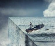 Конец мира Ветрило девушки на шлюпке в океане Стоковые Фотографии RF