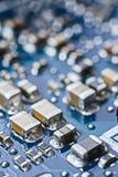 Конец монтажной платы компьютера вверх по макросу Микросхемы, транзисторы, Стоковое Изображение