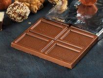 Конец молочного шоколада бара вверх с конфетами шоколада Стоковые Изображения RF