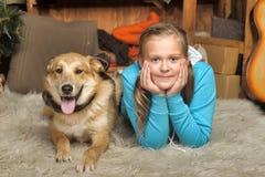 Конец лож девушки и собаки Стоковое Фото