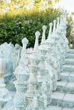 Конец перил старых барочных лестниц, outdoors Лестницы сделанные камня, переулка в красивом саде с цветками и деревьев вокруг Стоковая Фотография