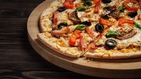 Конец пиццы ветчины вверх по коробке письма Стоковые Фото