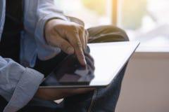 Конец планшета цифров вверх по человеку используя таблетку вручает mult человека стоковые изображения