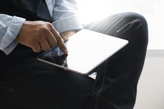 Конец планшета цифров вверх по человеку используя таблетку вручает mult человека стоковая фотография rf