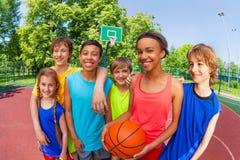 Конец положения команды баскетбола подростковый после игры стоковое изображение rf