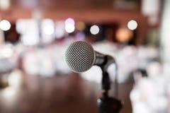 конец предпосылки изолировал студию микрофона музыкальную вверх по белизне Фокус на mic Резюмируйте запачканный банкет конференц- стоковое изображение