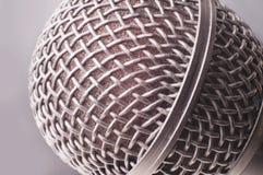 конец предпосылки изолировал студию микрофона музыкальную вверх по белизне Стоковая Фотография RF