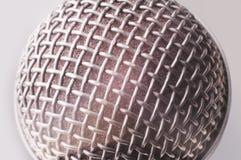 конец предпосылки изолировал студию микрофона музыкальную вверх по белизне Стоковые Фотографии RF