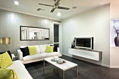Конец района живущей комнаты вверх с зеркалом и телевидением стоковые фото