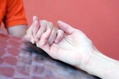 Конец руки сынков удерживания мати вверх Стоковые Фотографии RF