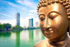 Конец статуи Будды поднимающий вверх и Коломбо Стоковые Изображения