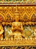Конец статуи Garuda золота вверх, дворец Бангкок Таиланд королей Стоковая Фотография