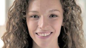 Конец стороны вверх усмехаясь женщины вьющиеся волосы акции видеоматериалы
