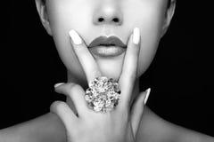 Конец стороны девушки красоты вверх с губами лоска Стоковые Фотографии RF