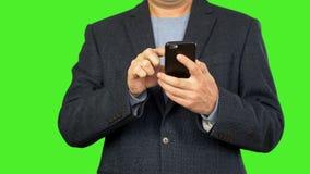 Конец телефона пользы бизнесмена умный вверх Фото взгляда человека на умном телефоне Бизнесмен читает сообщения в телефоне Отсутс акции видеоматериалы