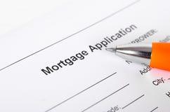 Конец формы заявления на предоставление ипотечного кредита вверх с крупным планом ручки стоковые фото
