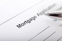 Конец формы заявления на предоставление ипотечного кредита вверх с крупным планом ручки стоковое изображение