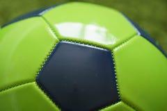 Конец футбольного мяча футбола вверх по фото Резвит фотография Стоковые Изображения RF