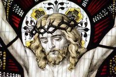 Конец цветного стекла церков Сент-Эндрюса вверх по c Иисусу Стоковое Изображение
