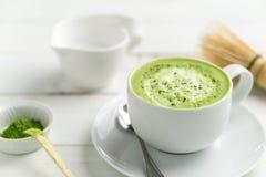 Конец чашки latte Matcha вверх по запачканной предпосылке Стоковая Фотография RF