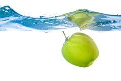 конец яблока понизился вверх по воде Стоковые Фото