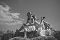 Конец fece женщины фотомодели вверх Женщина стороны с счастливой эмоцией Белокурая женщина с машинкой Стоковые Фото