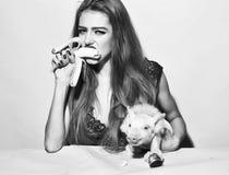 Конец fece женщины фотомодели вверх Женщина стороны с счастливой эмоцией Женщина с свиньей и бананом Стоковое фото RF