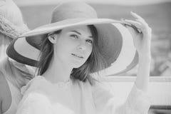 Конец fece женщины фотомодели вверх Женщина стороны с счастливой эмоцией Женщина в красной шляпе представляя на солнечный день на Стоковые Фотографии RF