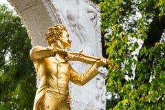 Конец Johann Strauss статуи вверх в вене парка города Стоковые Изображения RF