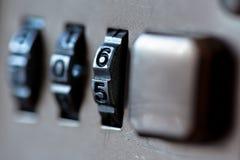 Конец padlock комбинации вверх с номерами хрома Механически замок комбинации, счетчик стоковое фото rf