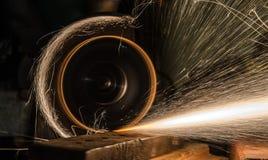 Конец sawing металла вверх стоковое изображение rf