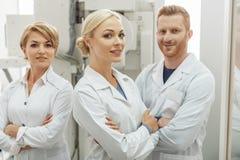Конечно счастливые доктора работая совместно Стоковые Фото
