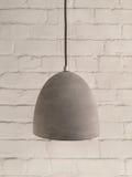 Конкретная лампа на белой предпосылке кирпича Стоковые Фото