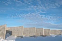 Конкретная конструкция на предпосылке ландшафта зимы стоковая фотография rf