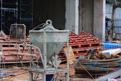 конкретная конструкция цемента контейнера смесителя ведра в здании Стоковое Изображение RF