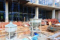 конкретная конструкция цемента контейнера смесителя ведра в здании Стоковое Изображение