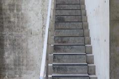 Конкретная лестница с космосом бетонной стены и экземпляра Стоковые Изображения RF