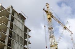 Конкретная рамка здания и крана конструкции Стоковая Фотография