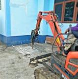 Конкретная сверля машина вокруг здания стоковое фото rf
