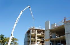 Конкретная строительная площадка Highrise, конкретный Pumper с поднятым заграждением стоковое изображение rf