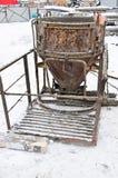 Конкретное ведро используемое в лить бетоне стоковые фото