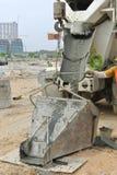 Конкретное ведро получая бетон от конкретной тележки стоковые фотографии rf