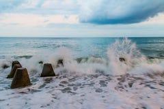Конкретные валуны и прибой моря Стоковые Изображения RF
