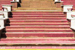 Конкретные шаги с предупреждением желтых линий Стоковые Фото
